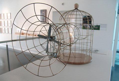 Modified Birdcage— закрытый материей раструб с вентилятором, наверное, может создать некий сквозняк в клетке. Но будет ли птица внутри летать точно как на свободе— большой вопрос (фото James Auger).