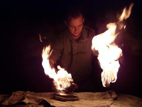 Этот вариант экстремального утюжения позволяет работать в полной темноте (фото с сайта extremeironing.com).