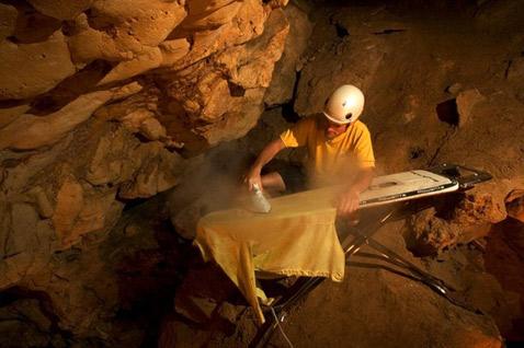 Спелеолог без гладильной доски и утюга – не спелеолог, а так, пшик (фото с сайта extremeironing.com).