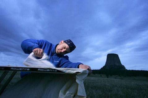 Здесь Фил пытается сгладить Дьявольскую Башню – скалу вулканического происхождения в штате Вайоминг. К счастью, не получилось (фото с сайта extremeironing.com).