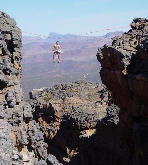 Занимаясь поиском дешёвой жилплощади, молодой человек остановился на этом варианте (фото с сайта extremeironing.com).