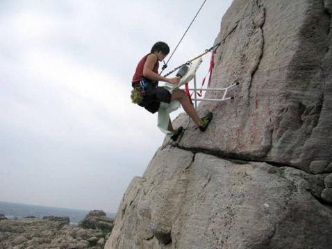 В Тайване это делают так. Назовём сие национальным колоритом (фото с сайта damncoolpics.blogspot.com).