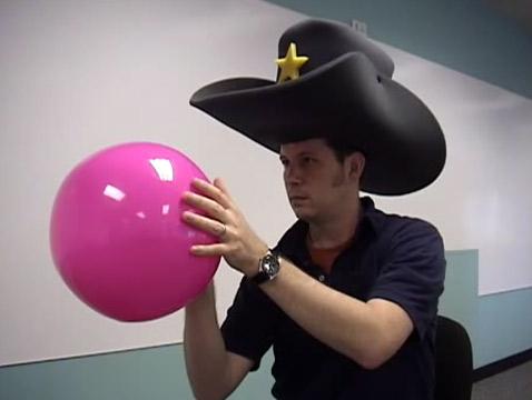 Если играющий сейчас сделает бросок, то он окажется дисквалифицированным на длительное время: головной убор — грубое нарушение правил (кадр с сайта faceball.org).