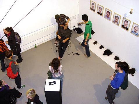 Проект SOUNDS.BUTTER на одной из выставок притаился рядом с Wall Piano. Этот перформанс-инсталляция называется Conformism. Что точно он значит — неизвестно. Пусть это останется для нас тайной (фото с сайта catalog.soundsbutter.com).