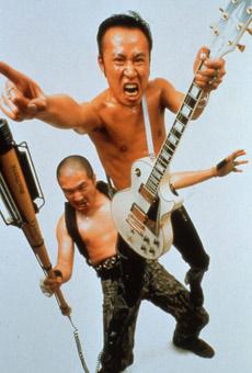 Рок-дуэт Gorgerous. Слева— Удзино со своей гитарой-битой (фото с сайта artindex.com).
