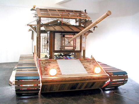 Что символизирует этот танк, при желании можно догадаться: орудие, любовь, США, Япония (фото с сайта egloos.com).