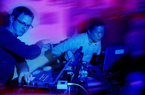 Изобретатели машины дуэт FM3 выступает в Китае (фото с сайта fm3.com.cn).