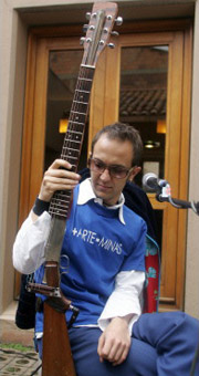 Сезар Лопес выступает там, где и положено уличному музыканту – на улицу в Боготе (фото с сайта eur.news1.yimg.com).