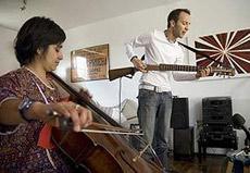 Лопес и виолончелистка Сандра Парра (Sandra Parra) дают концерт в одном из клубов Боготы (фото Julian Arango/Miami Herald).