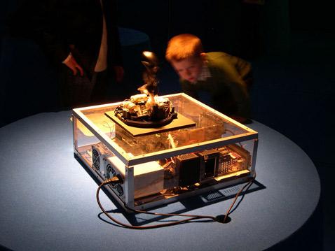 Самые настойчивые посетители выставки пытались найти под столом человека, который в самом деле мог бы управлять nOtbOt. Но так и не нашли (фото с сайта lowstandart.net).