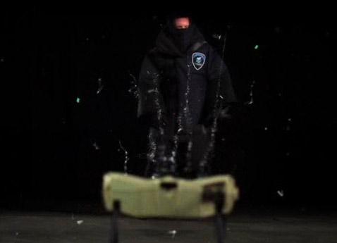 Одиночный блок Shockwave выбрасывает в нападающего облачко проводков (кадр Taser International).
