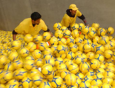 В таком виде мячи впервые оказались на стадионе (фото с сайта postbank.de).