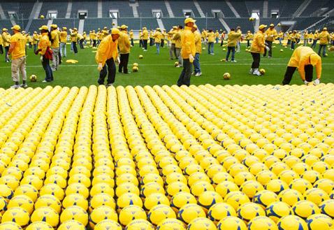 Одно утешает: раскладкой мячей банковские служащие занимались в рабочее время, в понедельник (фото с сайта postbank.de).