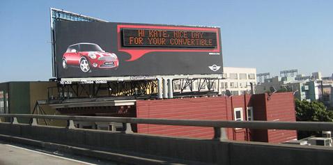 Не читайте это сообщение, щит в Сан-Франциско транслирует его специально для Кати (фото New York Times).