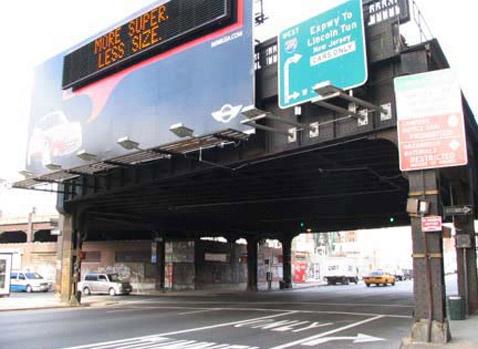 Когда ни одного Mini поблизости нет, билборд показывает рекламный слоган о том, что, мол, размер не имеет значения. Или имеет (фото с сайта motoringfile.com).