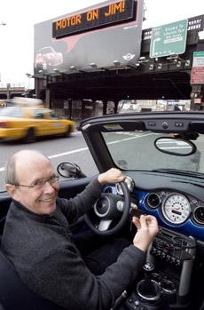 Его, как вы уже поняли, зовут Джим, Джим Макдауэлл (Jim McDowell). Он является вице-президентом Mini USA, а в правой руке у него — брелок с RFID-чипом (фото AP/Jim Sulley).