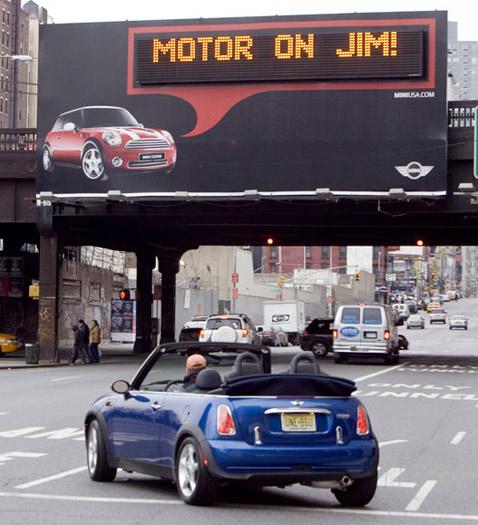 Отчего-то вице-президенту компании билборд показывает одно и то же сообщение, только про мотор (фото AP/Jim Sulley).
