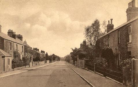 В 1910 году, когда была сделана эта фотография, акулы на доме ещё не было. Странно, правда? (фото с сайта headington.org.uk).