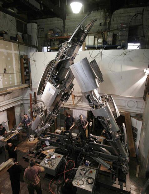 Наверное, рабочим было непросто объяснить любопытствующим, что это они такое строят (фотографии с сайта autoblog.com).