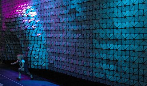 Последняя версия имеет размеры три на двенадцать метров и работает на 896 поршнях (фото с сайта hyposurface.org).