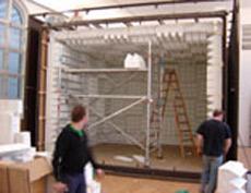 """Редкий кадр: монтаж """"Беззвучной камеры"""" перед открытием одной из выставок в 2004 году (фото с сайта inberlin.nl)."""