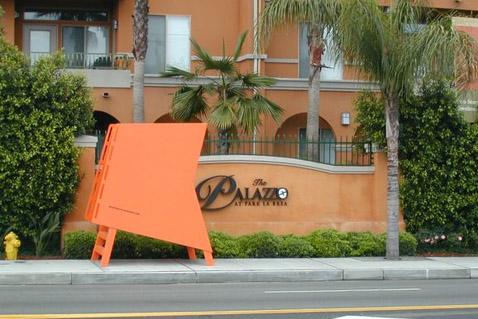 """Для непонятливых на оранжевых вышках написан адрес сайта """"Тяжёлого мусора""""… (фото с сайта heavytrash.blogspot.com)."""