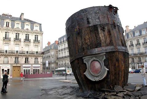 На площади Святого Пьера появился торчащий из асфальта пепелац (фото с сайта nantes.fr).