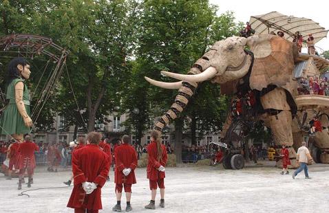 Встреча великанши со слоном (фото с сайта nantes.fr).