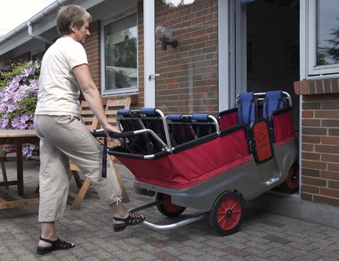 """""""Черепаший автобус"""" — самая лёгкая коляска в нашем обзоре. Обратите внимание на подножку, благодаря которой родителю проще покорять пороги и бордюры (фото Winther)."""
