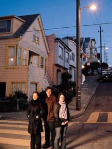 Авторы лунного освещения: Кейт Лидон, Антон Уиллис и Кристина Сили на фоне уличных фонарей. Обычных (фото Amy MacWilliamson).