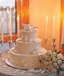 Одноразовый торт в окружении одноразовых свечей. Шутка.
