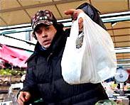 Похоже, что этот покупатель вдруг осознал опасность своего пакета (фото Justin Sullivan/Getty Images).